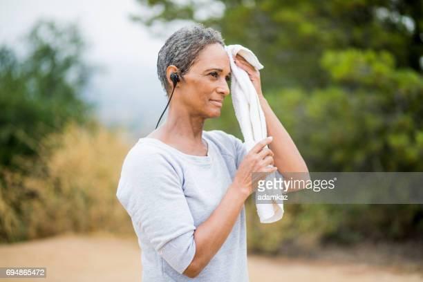 美しいシニア アフリカ系アメリカ人女性休息トレーニングの後