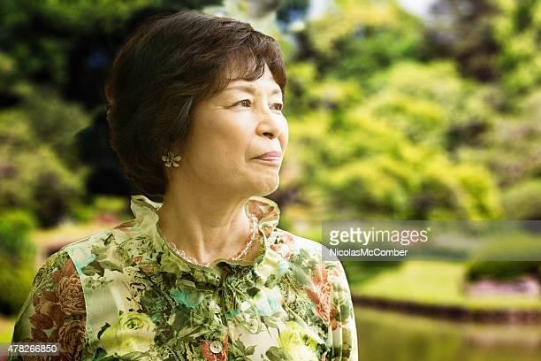 Magnifique senior Femme japonaise profiter d'une visite au parc