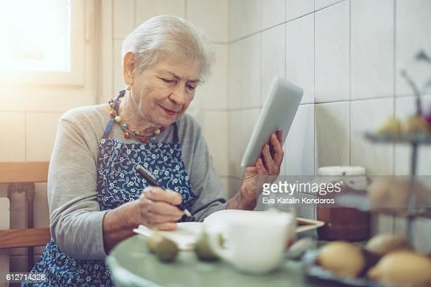 Schöne senior Frau zu Hause