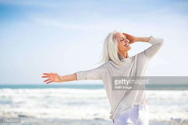 Schöne senior Frau mit Arme heben