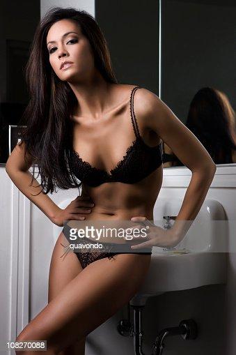 Belle sexy tan brunette jeune femme portant lingerie dans la salle de bains p - Lingerie salle de bain ...