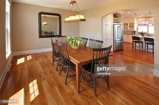 美しいシンプルなカントリースタイルのダイニングルーム、木製のフロアー、キャンドルのシャンデリア