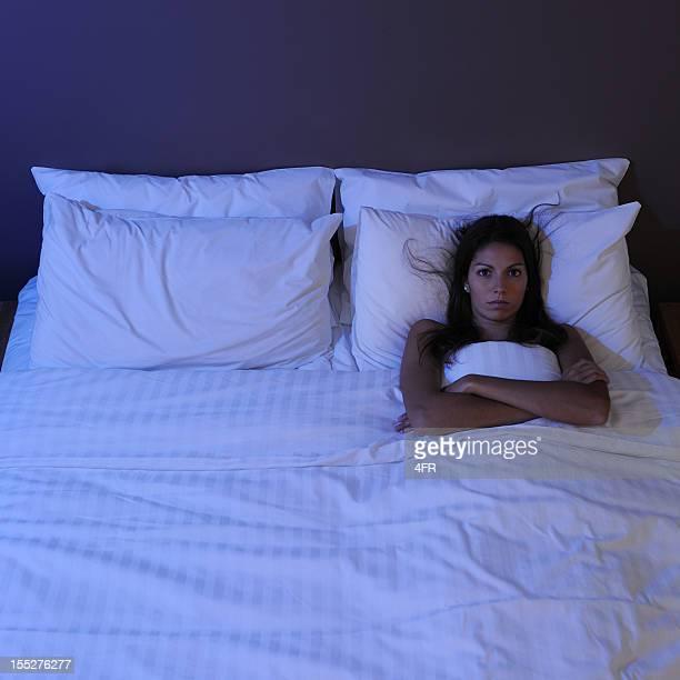 Bella donna sdraiata a letto in bianco (XXL