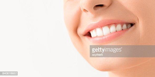 Schönes Lächeln junge Frau. Weiße Zähne auf den Masterplan. : Stock-Foto