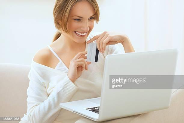 Superbe femme blonde souriant, achats en ligne depuis chez vous