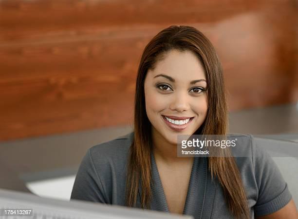 Beau bureau souriant réceptionniste
