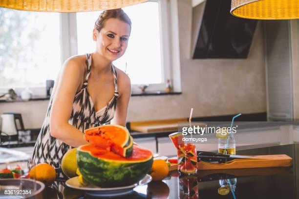 Belle femme souriante en salade et jus de pastèque