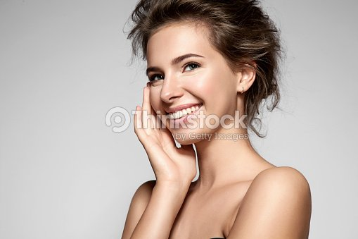 Beautiful smiling woman with clean skin, natural make-up : Foto stock