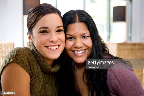 Schönen Lächeln junge Frauen als beste Freunde im Café