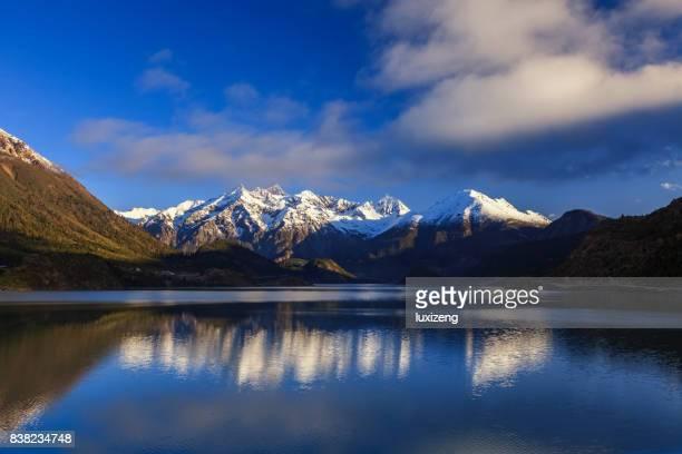 美しい雪を頂いた山々、湖