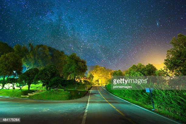 Schönen Sterne Wanderwege über tropischen Wald in einem Land Land