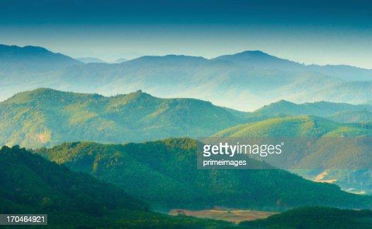 美しい日の出は霧の朝の山々を見晴らせます。
