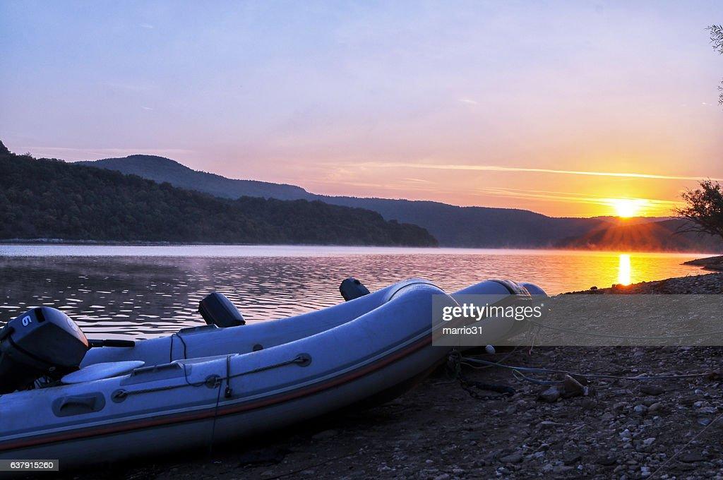 Bellissima alba sul lago : Foto stock