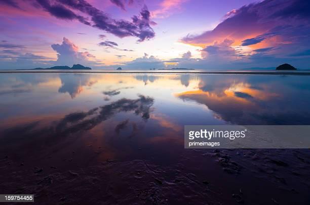 Wunderschönen Sonnenaufgang über dem Meer