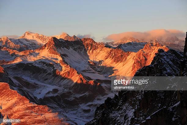 Coucher de soleil magnifique paysage de montagne enneigée coucher du soleil de l'Europe Alpes italiennes