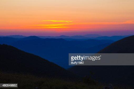 Hermosa puesta de sol en las montañas : Foto de stock