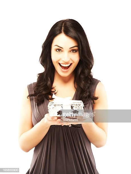 Schöne überrascht Frau holding Geschenk