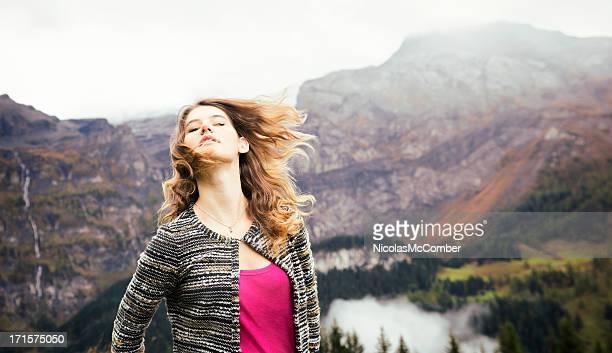 Wunderschöne Schweizer Mädchen in windigen mountains