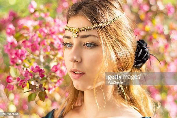 Belle Teen fille fleurs de pommier, semi-Profil