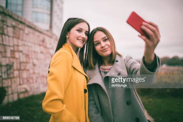 公共の公園で、selfie を取って美しい十代の女の子