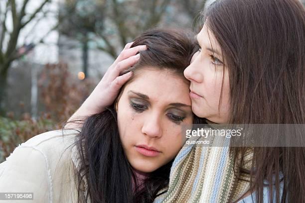 Hermosa adolescente llanto en las madres hombro