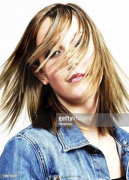 Schöne Teenager mit Haar auf Gesicht