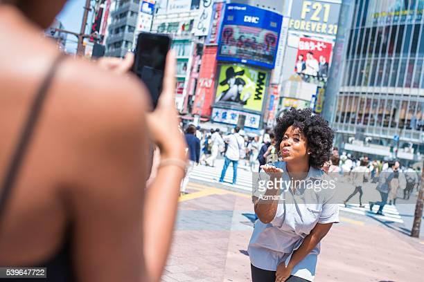 美しい観光を楽しむ女性街の