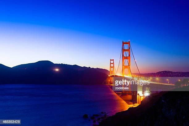 眺めの美しいサンフランシスコのゴールデンゲートブリッジの夕暮れ