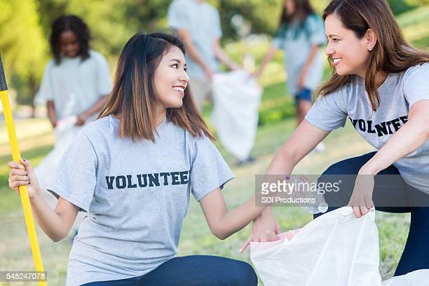 Magnifique volontaires travaillent ensemble pour Récupérez les poubelles