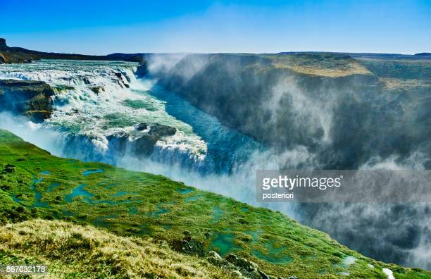 prachtige waterval in de zomer van IJsland