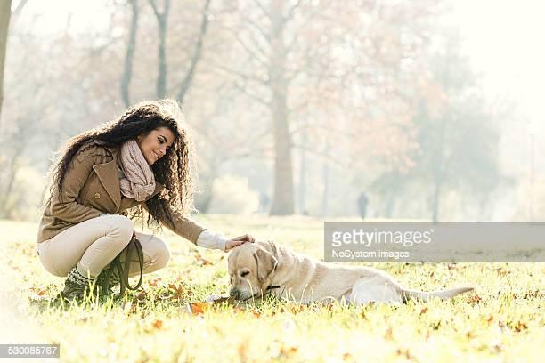 Mulher bonita e seu cão Labrador ()