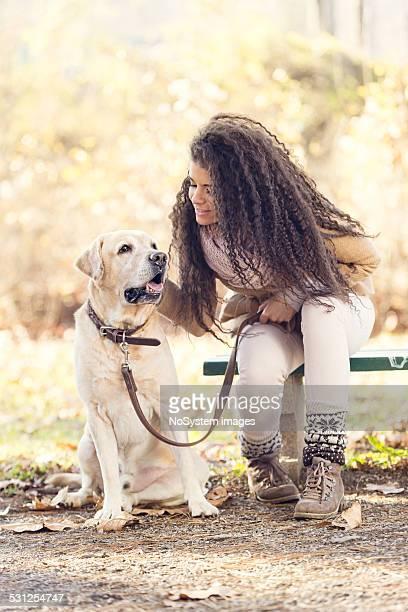 美しい女性や彼女の犬(ラブラドル)