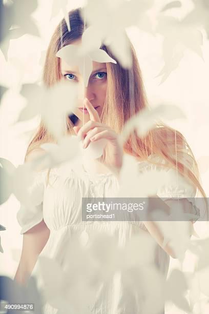 Schöne Frau und Papier-Schmetterlinge