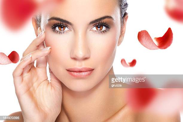 Schöne Frau mit roten Rosenblüten