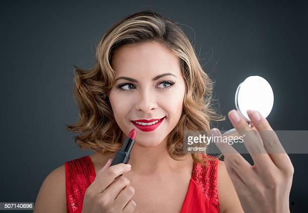Mulher bonita aplicar Maquiagem