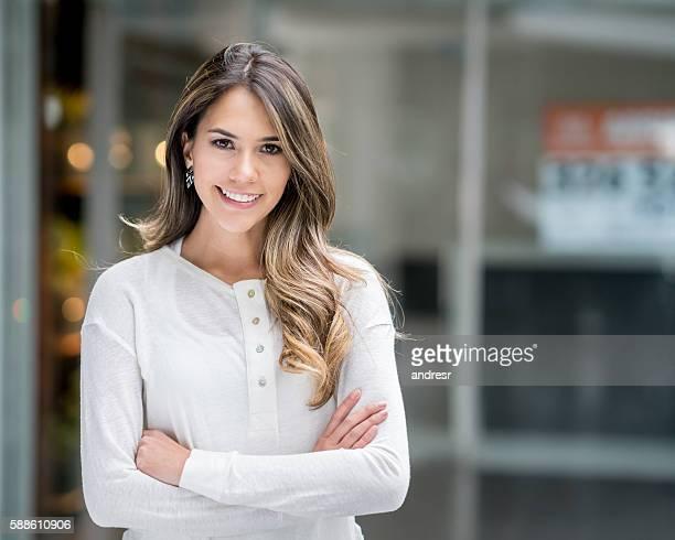 Schöne Frau in einem shopping center