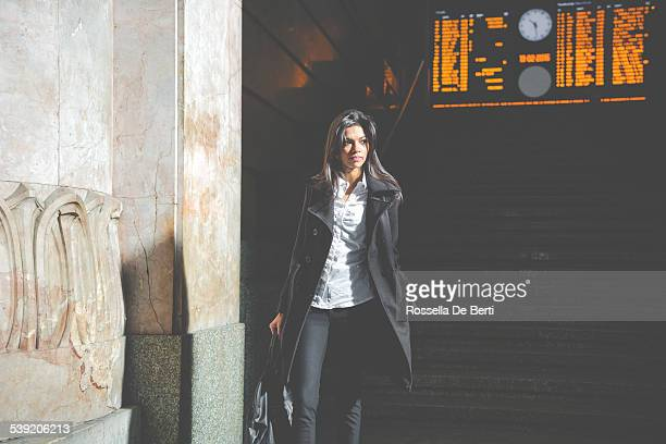 Schöne Frau am Hauptbahnhof Mailand, Italien
