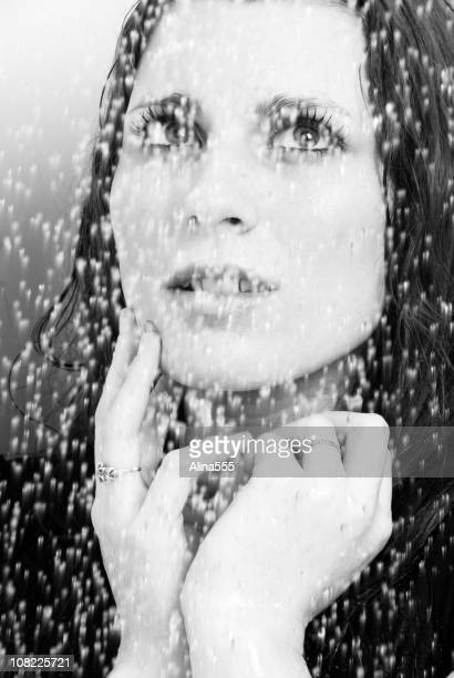 Schöne Frau an der Wand des falling water