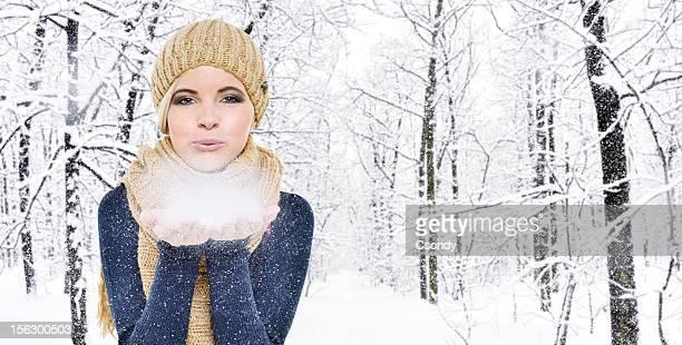 Schöne Frau Blasen Schnee Flocken