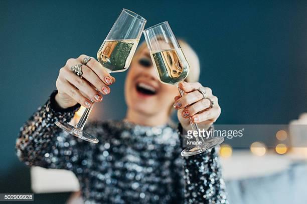 Schöne Frau Feiern Sie Silvester mit Champagner