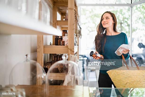 Mulher linda Escolher pacotes na Cafeteria