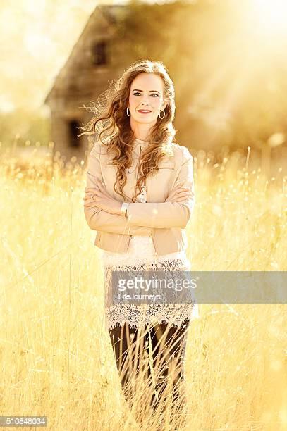 Schöne Frau durchnässt im Sommer Sonnen warmen goldenen Strahlen