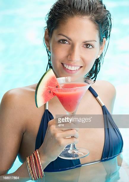 美しい女性でカクテルを飲みながら、プール(XXXL