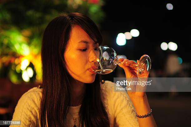 Hermosa mujer bebiendo vino tinto