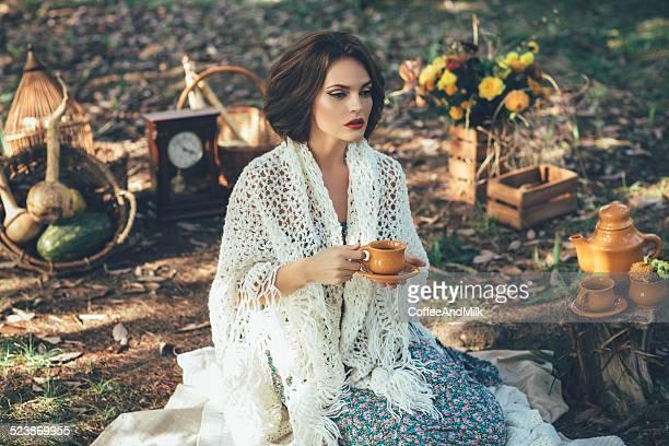 Bella donna bere tè in un magico park