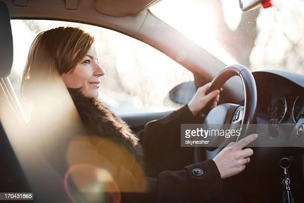 Belle femme conduire une voiture.