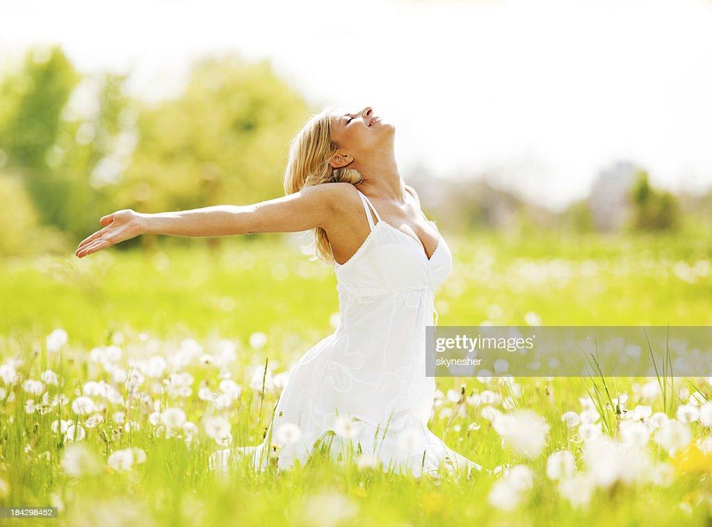 Schöne Frau, die in der Natur und die frische Luft. : Stock-Foto