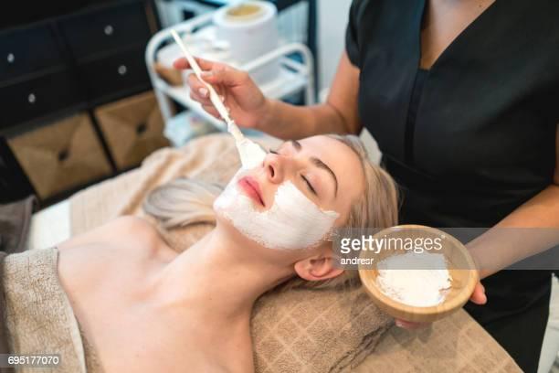 Belle femme faire un soin du visage au spa