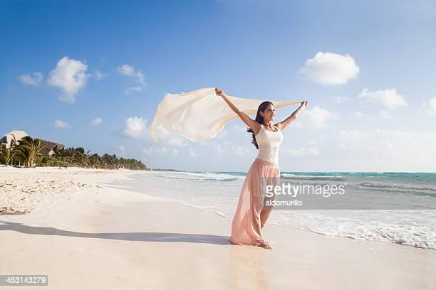 Belle femme heureux de marcher dans la plage