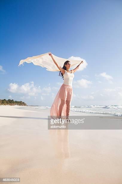 Belle femme heureux de marcher dans la plage du Mexique